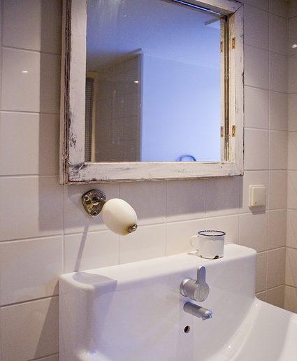 C mo elegir un espejo para el cuarto de ba o sus pros y for Espejos pequenos para pegar