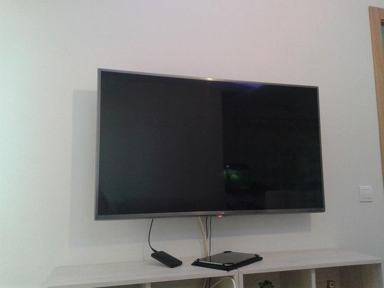 C mo colgar el televisor en la pared de pladur reformaster - Colocar piedra en pared ...