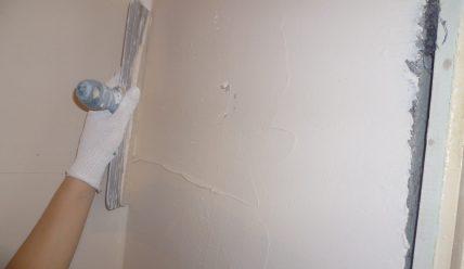 como alisar paredes de gotele